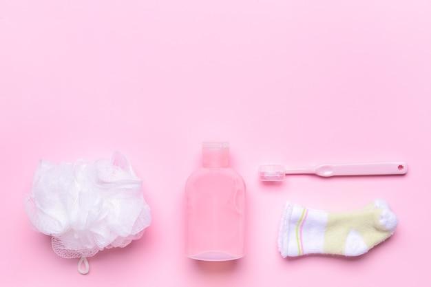 色の背景に赤ちゃんのためのバスアクセサリーのセット