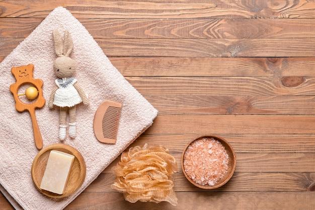 木製の背景に赤ちゃんのためのバスアクセサリーのセット
