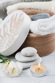 Набор аксессуаров для ванной на деревянном фоне
