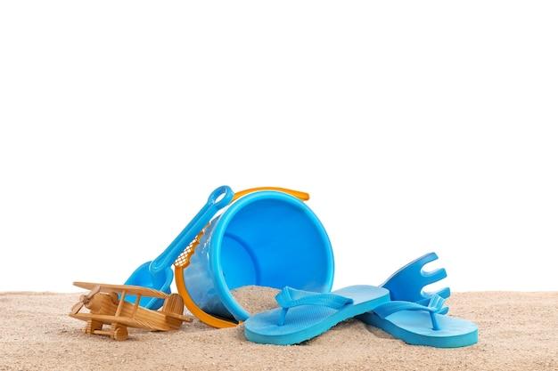 白に対して砂の上の子供のためのビーチ アクセサリーのセット