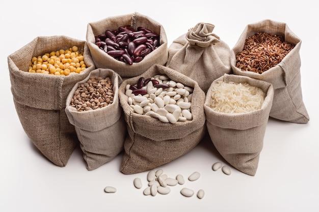 가방에 콩과 곡물의 집합입니다.