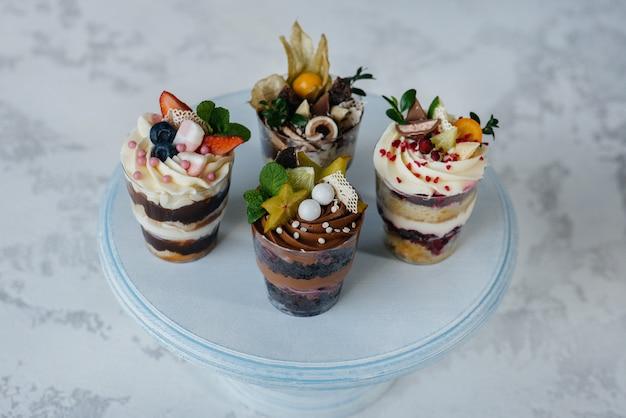 Набор красивых вкусных трифл близко. десерт и сладости.