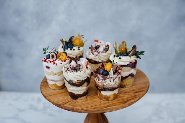 Набор красивых вкусных trifl крупным планом на фоне. десерт и сладости.