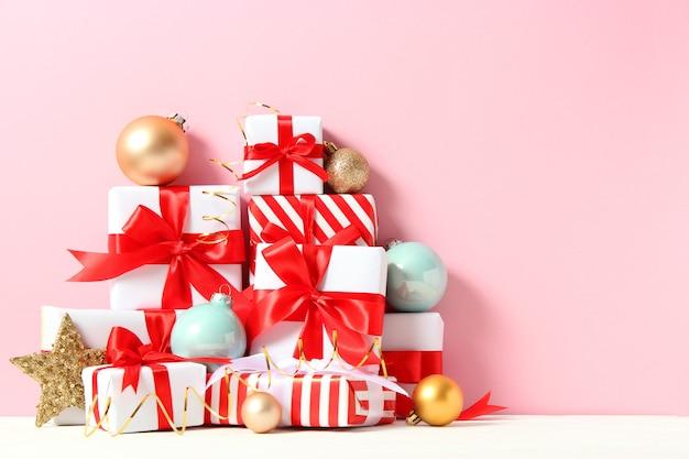 美しく包まれたギフトボックスとクリスマスの装飾のセット