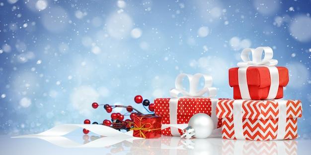 Набор красиво упакованных подарочных коробок на синем фоне.