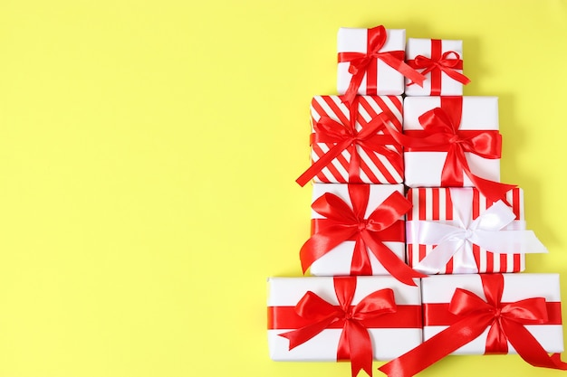 Набор красиво упакованных подарочных коробок на цветном фоне, вид сверху