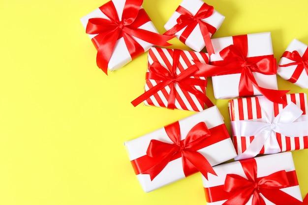 Набор красиво упакованных подарочных коробок на цветном фоне, вид сверху Premium Фотографии