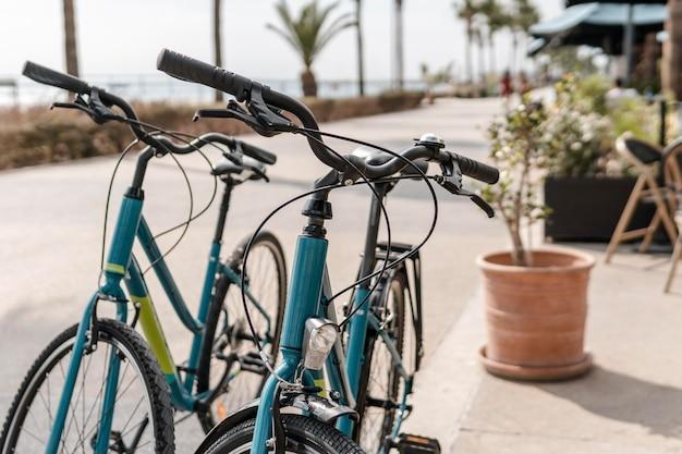 Набор велосипедов на открытом воздухе