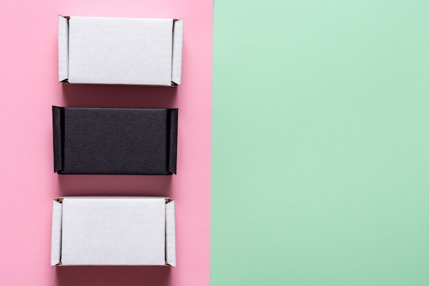 緑とピンクのテーブル、上面図、コピースペースに黒と白のカートンボックスのセット