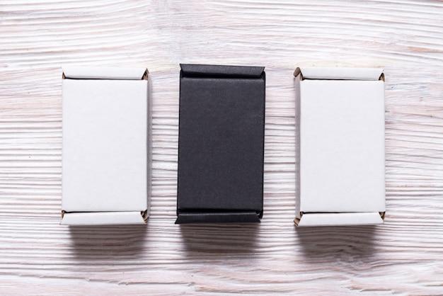 木製のテーブル、平面図、フラットに黒と白のカートンボックスのセットを置く