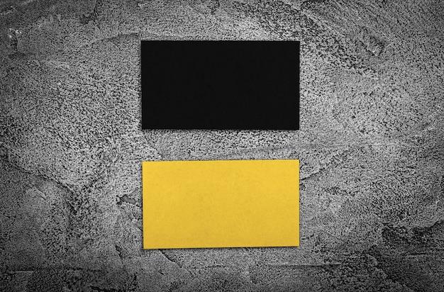 Набор черных и желтых визитных карточек.