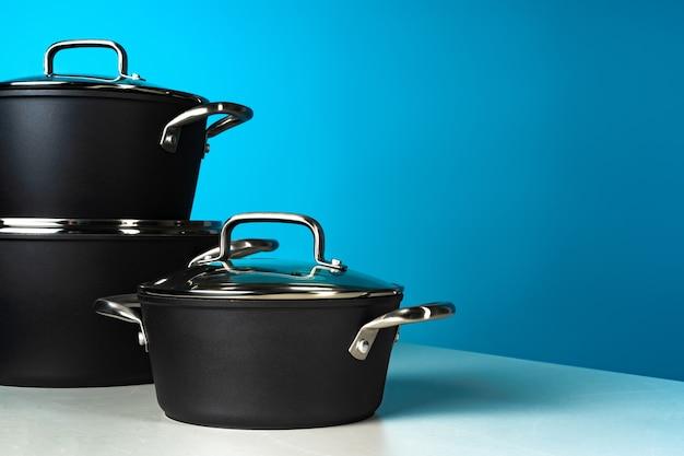 Набор черной посуды на синем фоне