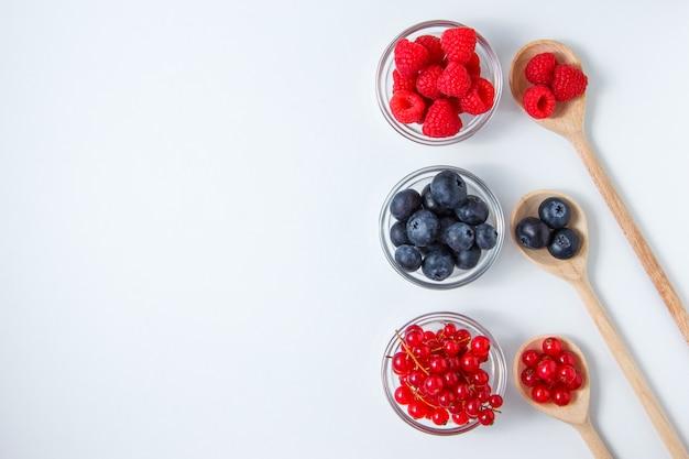 Набор черника и малина в ложки и блюдца.