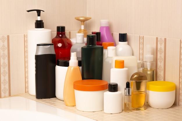 バスルームのボディとヘア製品のセット:シャンプー、コンディショナー、マスク、シャワージェル、ボディバーム