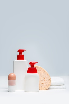ボディケア商品のセットです。体の衛生概念。コピースペースのモックアップ