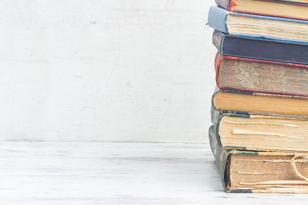 Набор книг крупным планом на белом деревянном