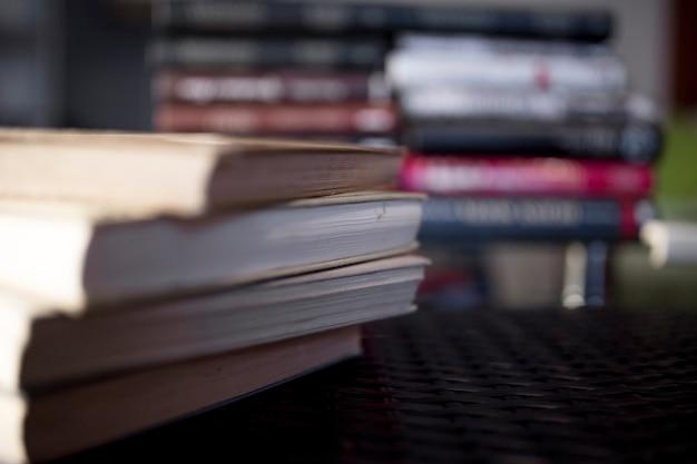 プラスチックの卓上の本のセット
