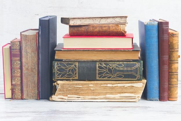 Набор книг на белом деревянном