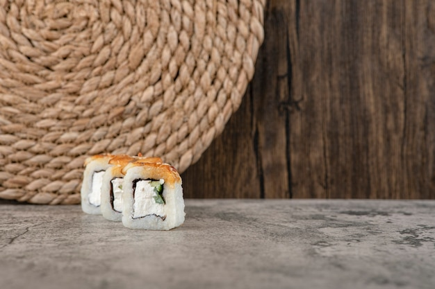 돌 테이블에 빵 가루 입힌 초밥 핫 롤 세트