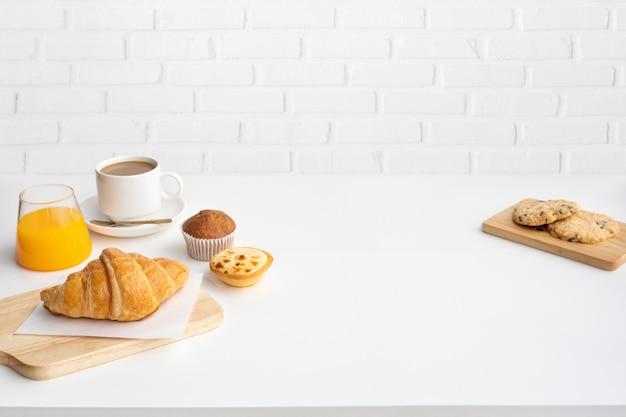 Набор блюд для завтрака и кофе на кухне стола