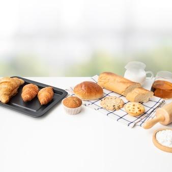 テーブルキッチンの背景に朝食の食べ物やベーカリーケーキのセット