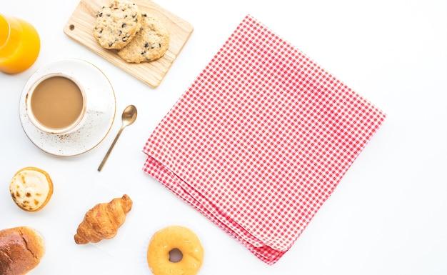 コピースペースの背景とテーブルの上の朝食の食べ物やベーカリーケーキのセット