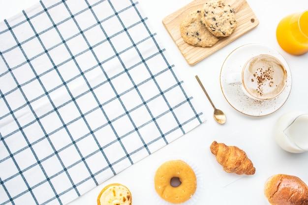 朝食の食べ物やパン屋、コピースペースとテーブルの上のケーキのセット