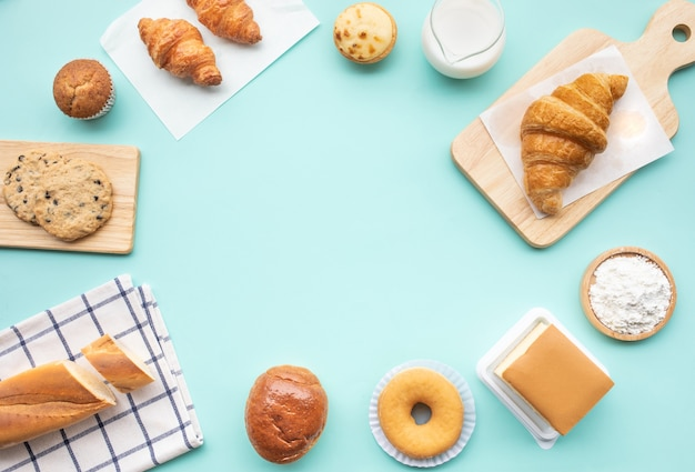 朝食の食べ物やパン屋、テーブルの上のケーキのセット