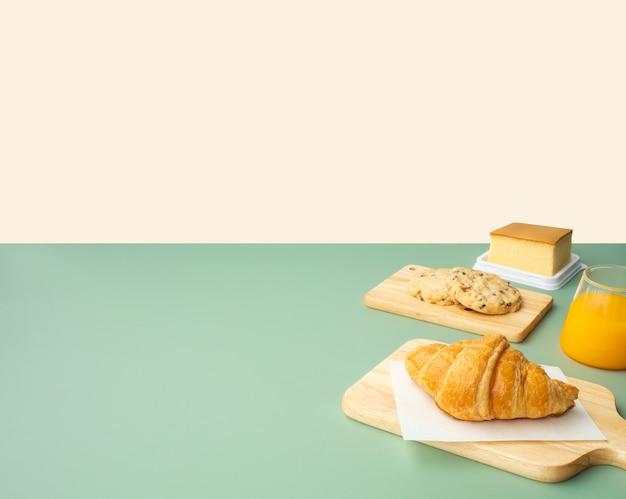 Набор завтрака или выпечки, торт на столе