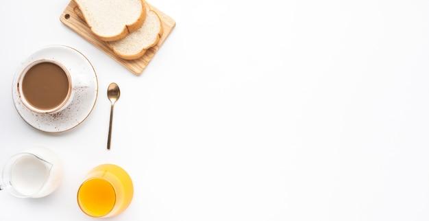 白いテーブルの背景に朝食の食べ物やパン屋のセット