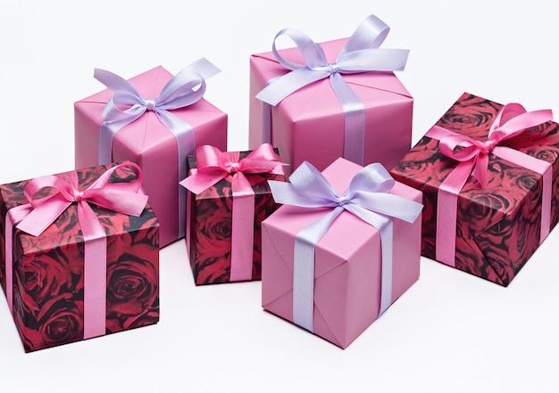 리본으로 밝은 다채로운 선물 상자 세트