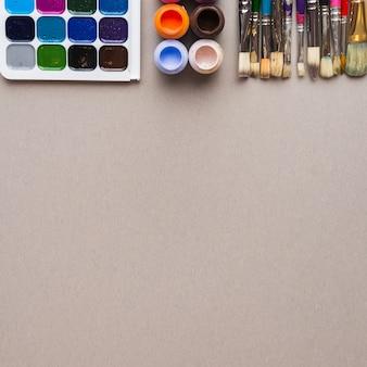 Набор щетки щетины возле красок