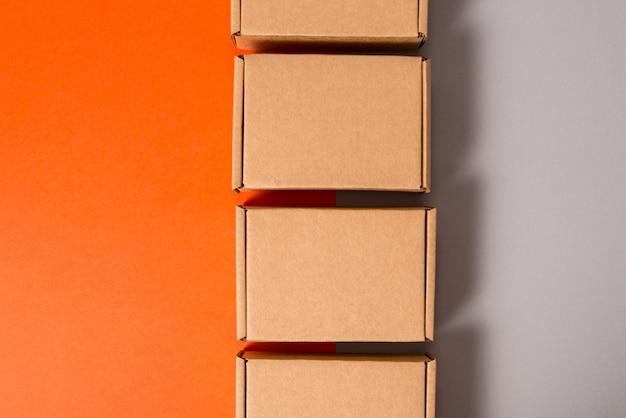カラフルな背景に茶色の段ボール箱のセット