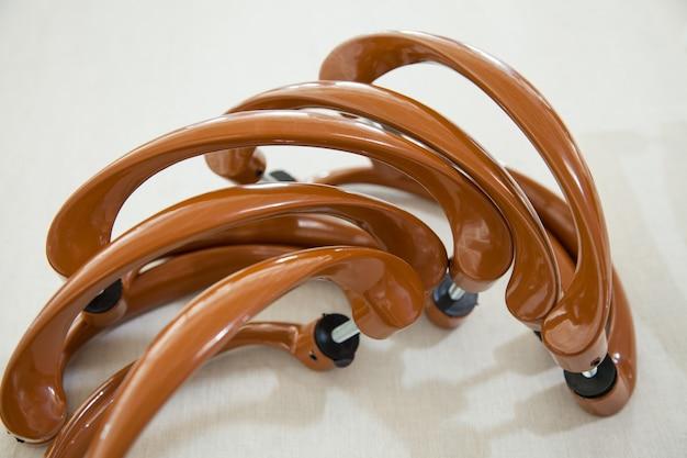 Набор коричневых металлических ручек для пластиковых окон и дверей крупным планом