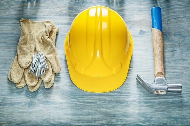 ヘルメット保護手袋爪ハンマー釘を木の板構造概念に構築するためのセット
