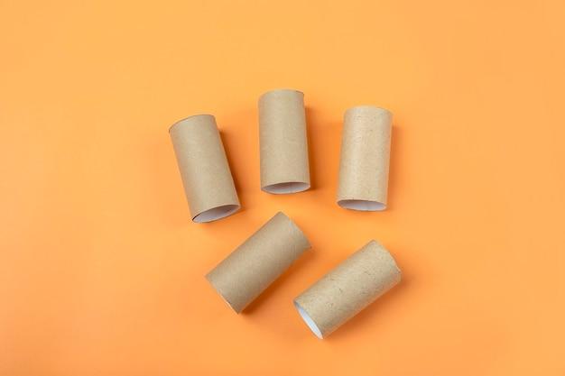 Набор втулок от трубки рулона туалетной бумаги на оранжевом фоне. сделай сам и детское творчество на хэллоуин. детское творчество. экологичная вторичная переработка