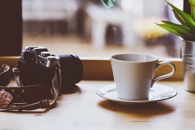 카메라와 나무 책상에 안경 세트
