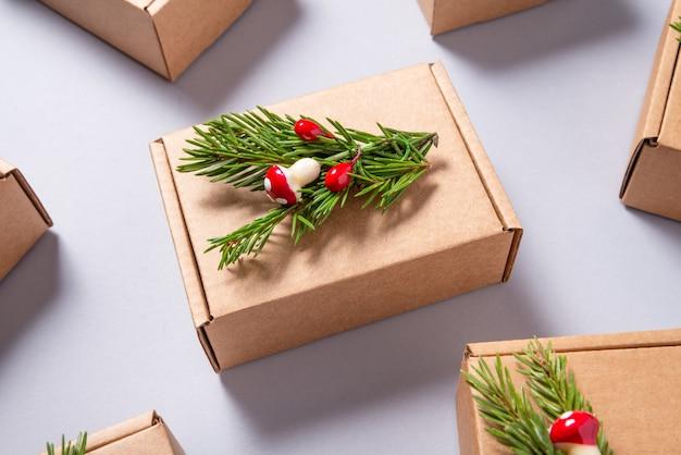 灰色の背景にクリスマスツリーの飾りで飾られた段ボール箱のセット