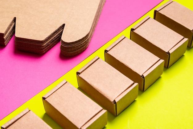 ピンク、緑の背景に段ボール箱のセット