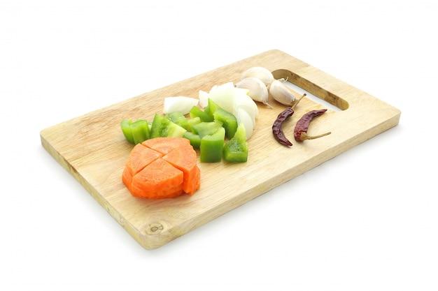 にんじん、ピーマン、ピーマン、トウガラシ、タマネギ、ニンニク、まな板の乾燥唐辛子のセット