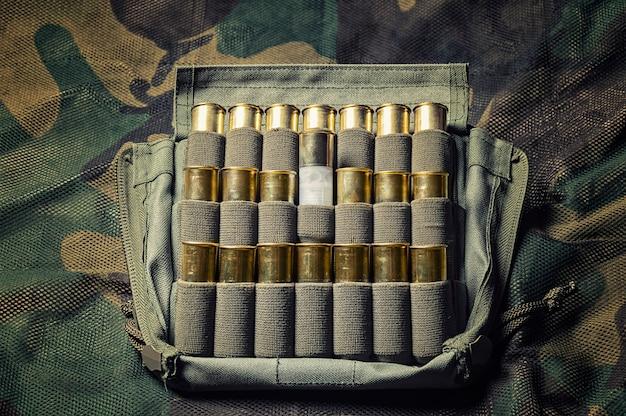 ショットガン用のカートリッジのセット。狩猟、軍の弾薬、武器を売る店の概念。上面図。