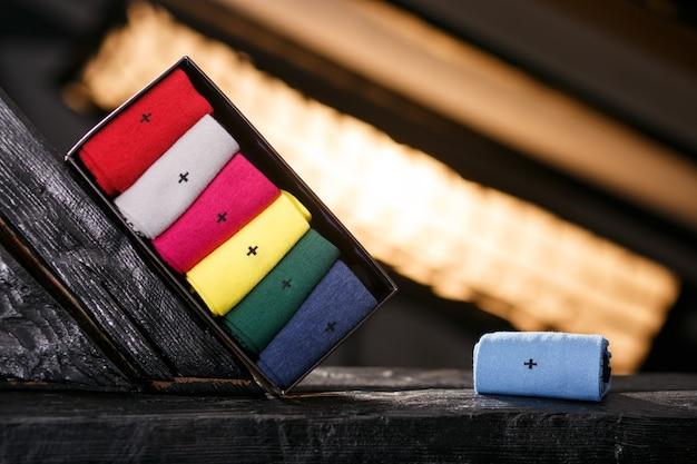 Набор повседневных носков разных цветов в черной подарочной коробке