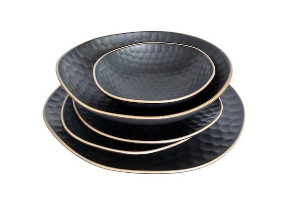 흰색 배경에 고립 된 세라믹 식기의 집합입니다. 서로 다른 모양의 접시가 서로 위에 서 있습니다. 세련되고 현대적인 디너 플레이트 스택. 깨끗한 그릇을 사용할 수 있습니다.