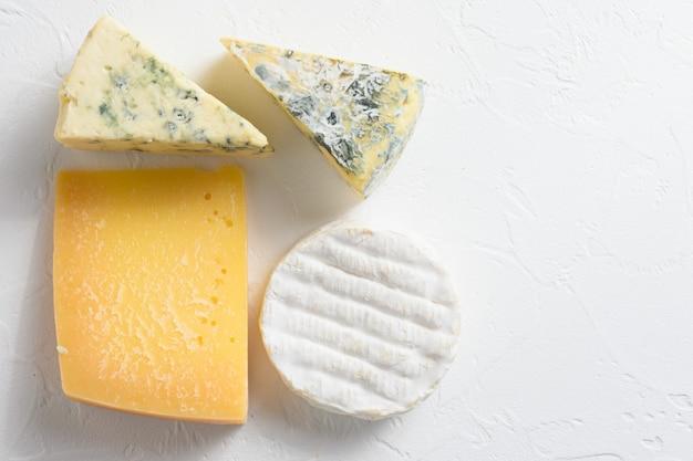 Набор сыров: пармезан, сыр с плесенью, сыр бри