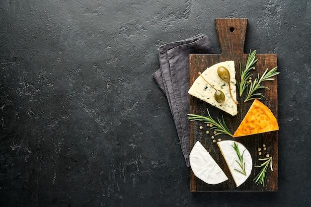 チーズのセット。スルグニとスパイス、カマンベール、ブルーチーズ、モッツァレラチーズ、マースダム、ブリーチーズ
