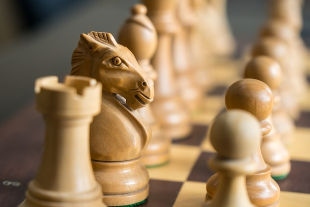 Набор шахматных фигур на игровой доске.