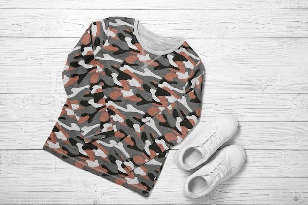 Набор детской одежды на деревянном столе