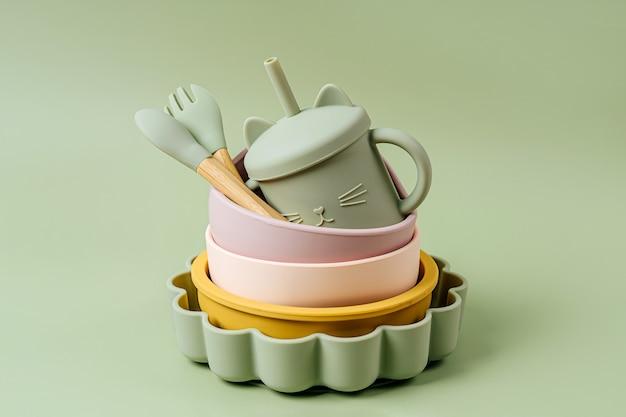 子供用のボウル、プレート、スプーンのセット。赤ちゃんの食器。栄養と摂食の概念。