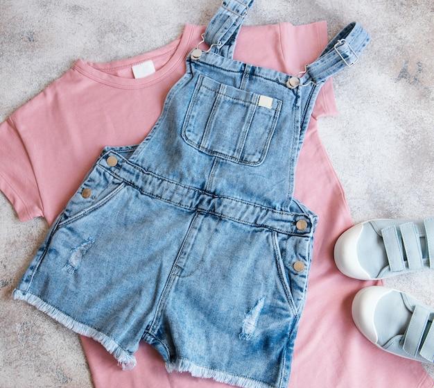 Комплект детской одежды. концепция интернет-покупок