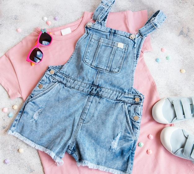 子供服のセットオンラインショッピングのコンセプト